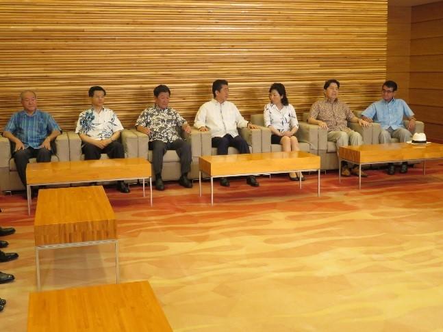 かりゆしウェアで閣議に臨む閣僚の様子(平成30年6月1日)