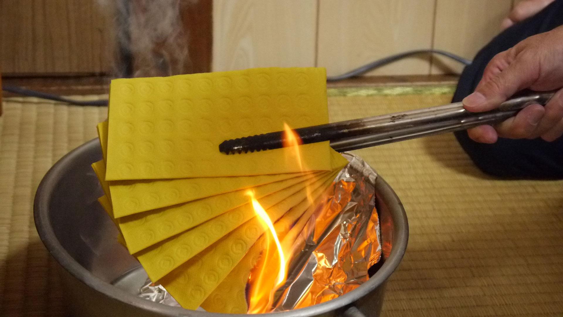 仏前でウチカビを焚き、先祖供養