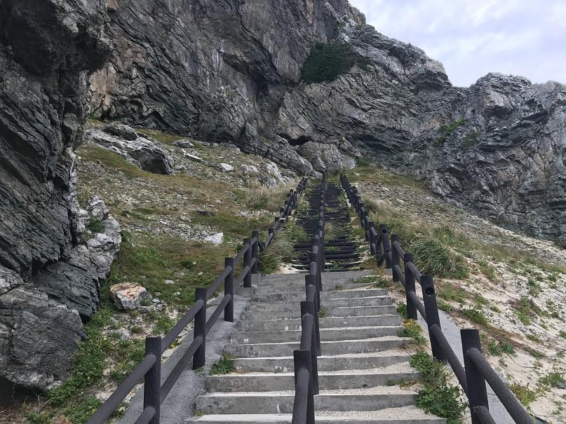 伊平屋島の「天岩戸伝説」である「クマヤ洞窟」の階段