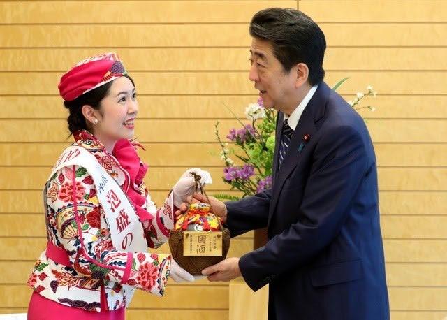 安倍首相へ衆議院歴と同じ25年古酒の琉球泡盛を贈呈