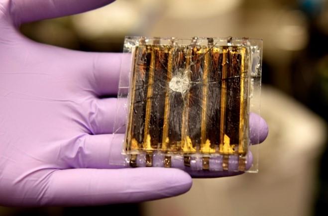 強打したペロブスカイト太陽電池モジュール