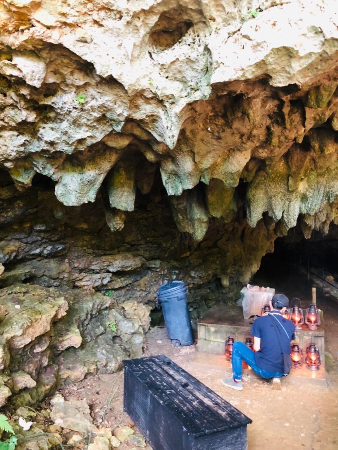 ランプに火をともして洞窟へ侵入