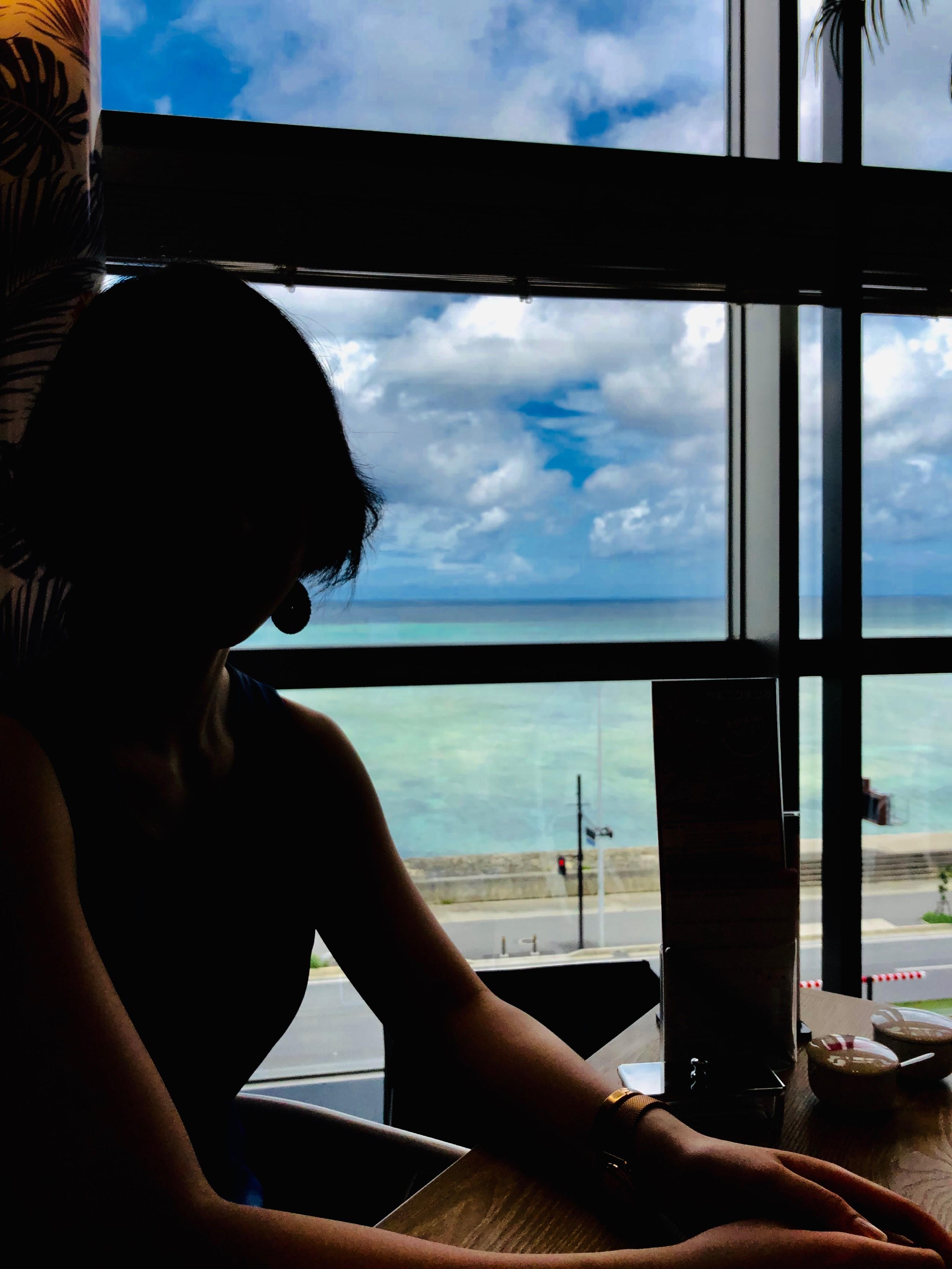 逆光の中窓から珊瑚礁をみる
