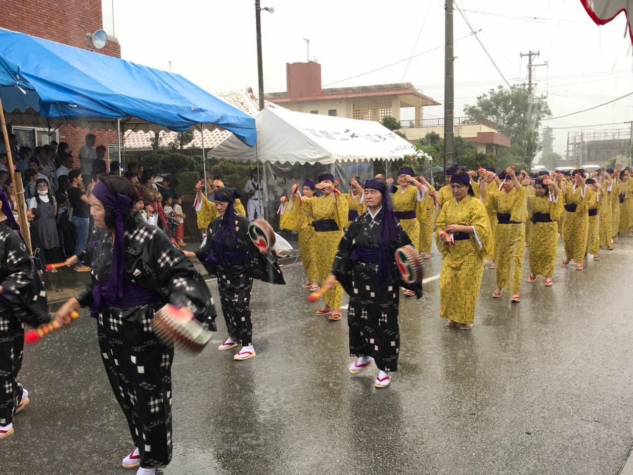 土砂降りの雨の中の八重瀬町十五夜祭り