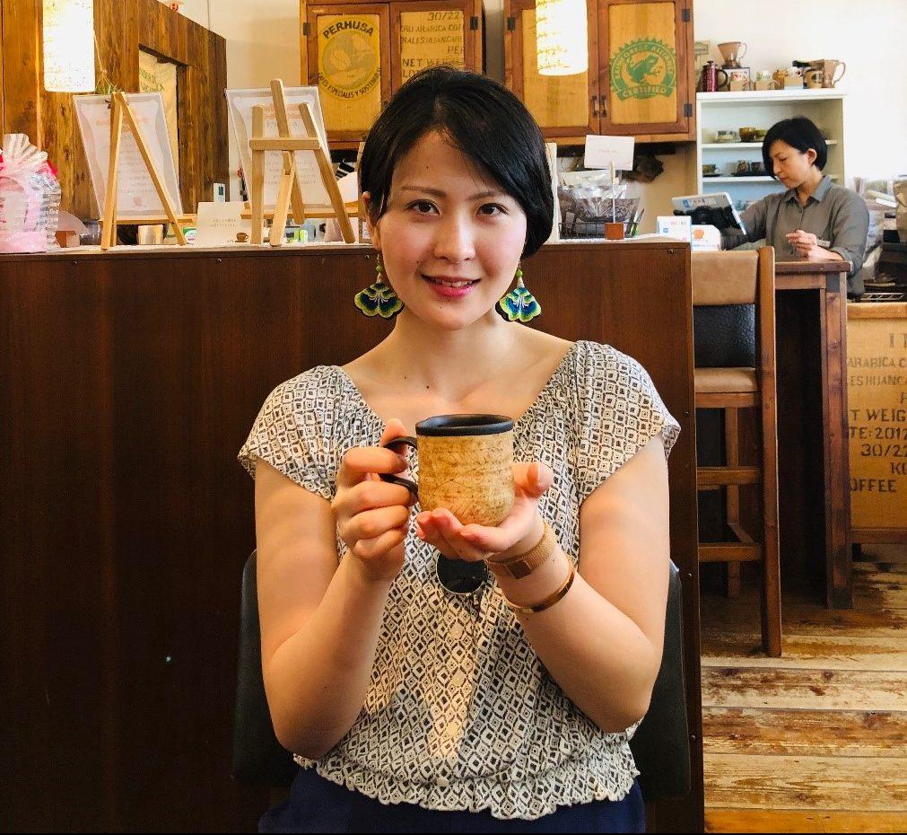 沖縄さんコーヒーを堪能のする滝田さん