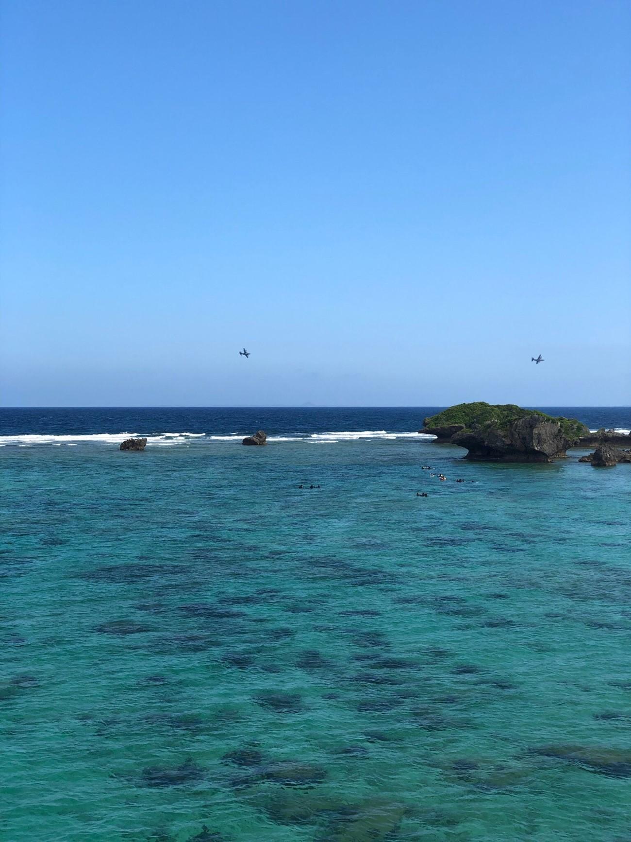美しい海と飛行機