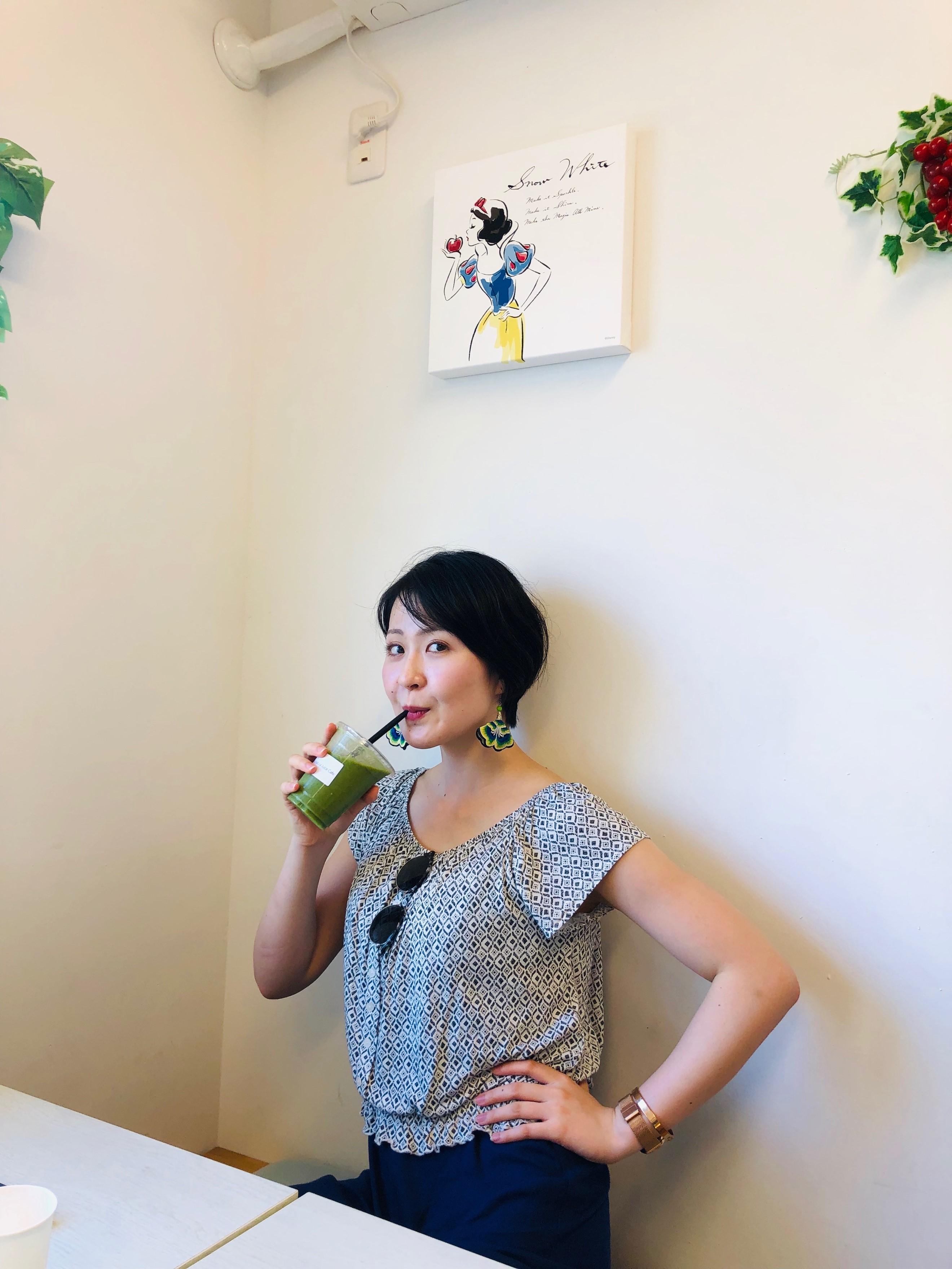 イートインスペースで「グリーンマキシマイザー」を飲む