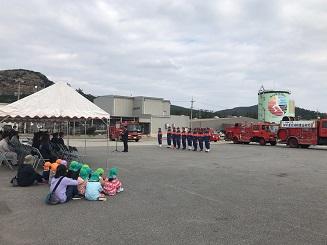 伊平屋村消防団出初式で保育園のちびっこたち