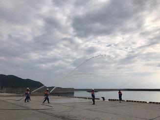 伊平屋村消防団出初式で消火活動の様子