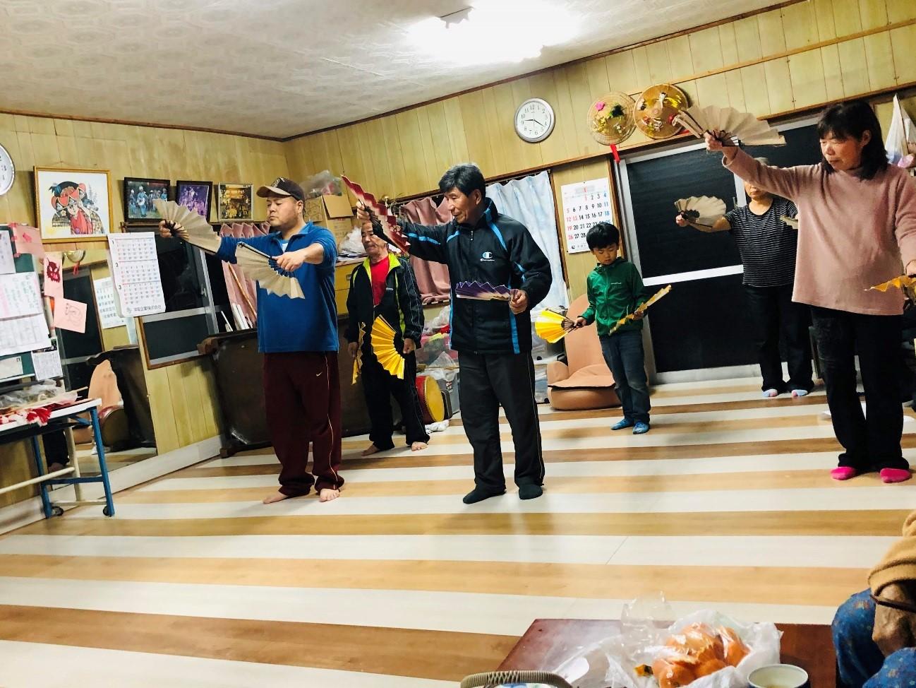 「マースヤー」伝統的な踊りの練習
