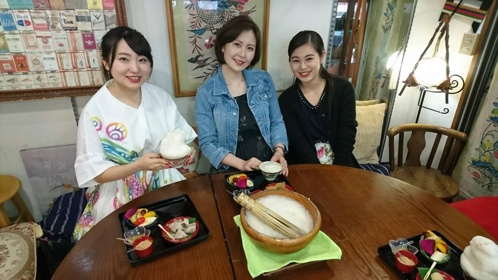 ぶくぶく茶屋 嘉例山房の店内での琉球大学の女子大生の3ショット