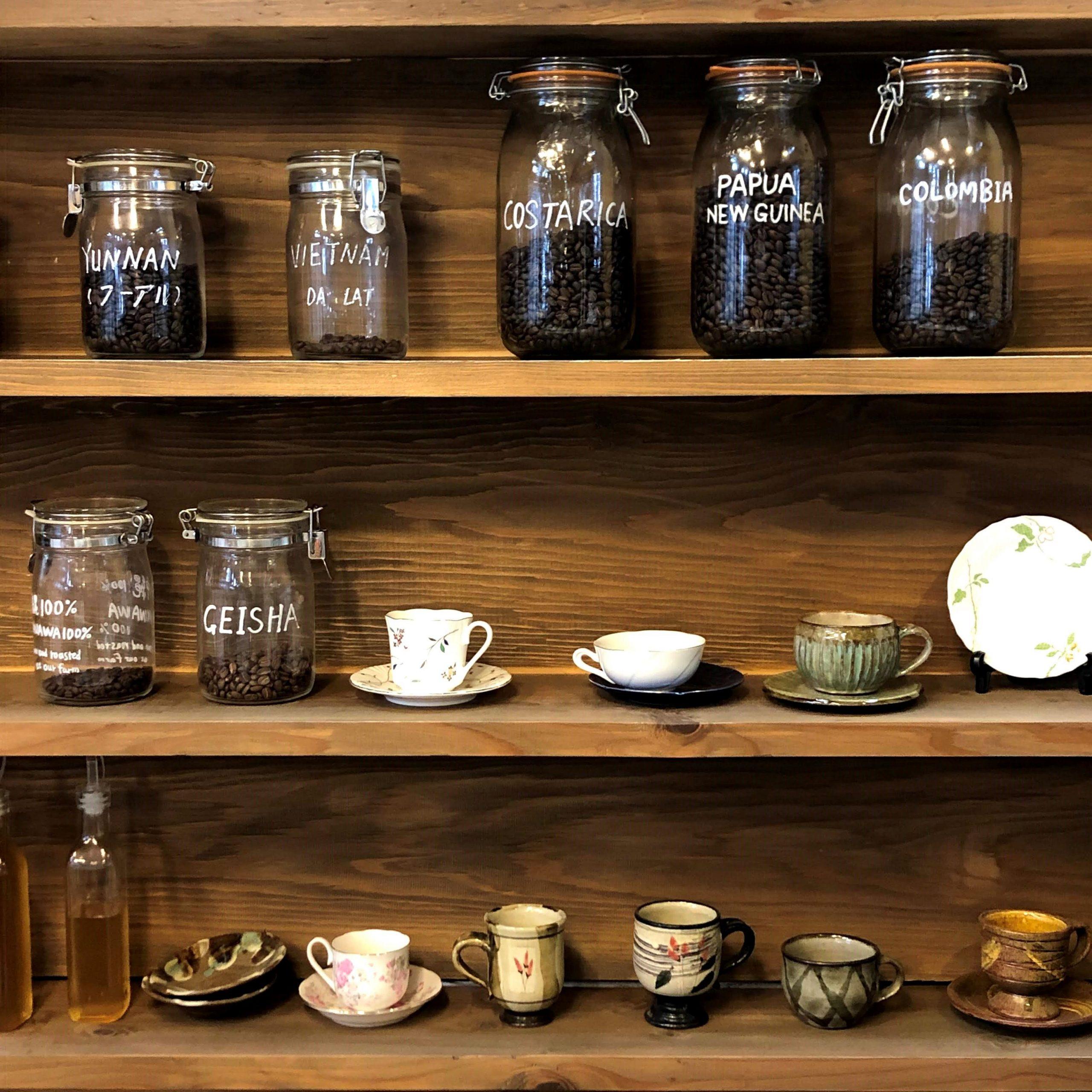 又吉コーヒー園のコーヒー豆とコーヒー・カップ