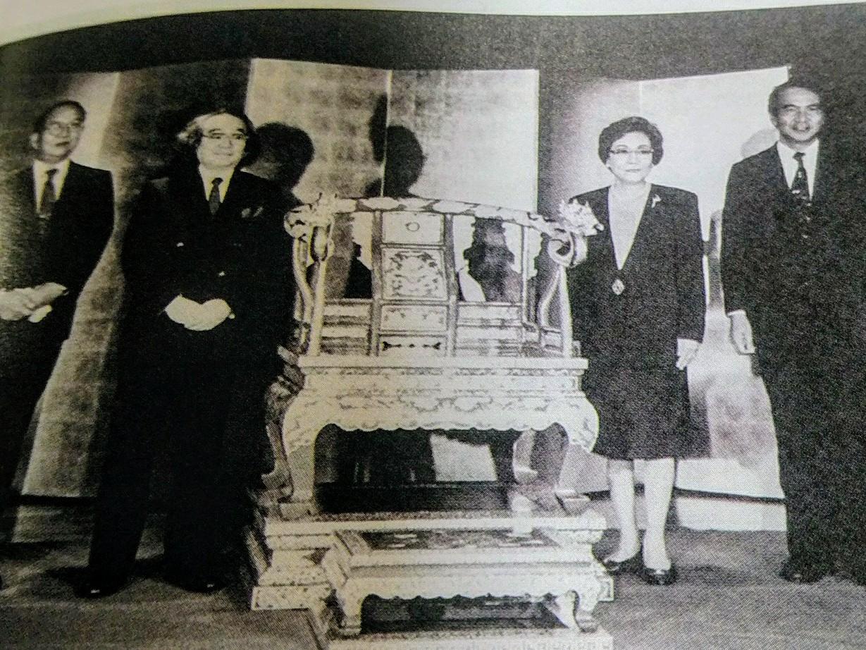 1994年完成時の除幕式、贈呈式 尚弘子副知事、漆芸家前田孝允さん