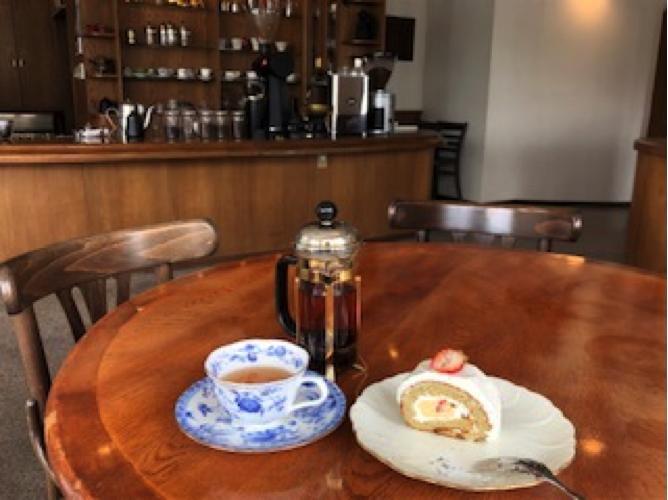 「珈琲専科LOOP」紅茶と苺とアールグレーの米粉ロールケーキ