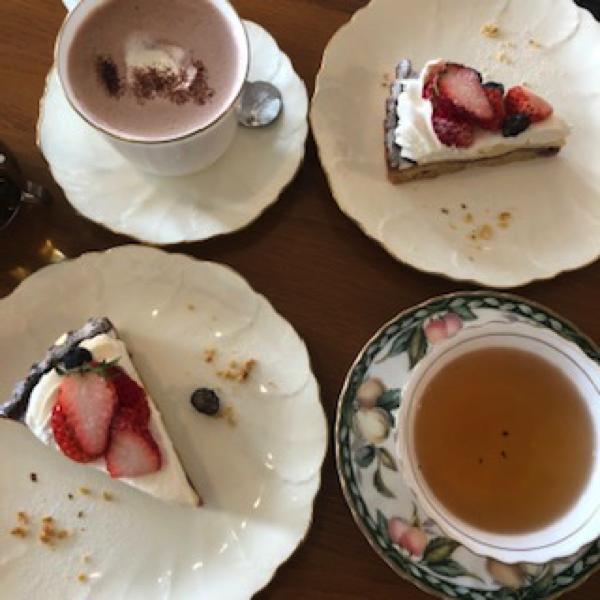 「珈琲専科LOOP」ベリーのタルトとホットココア・紅茶