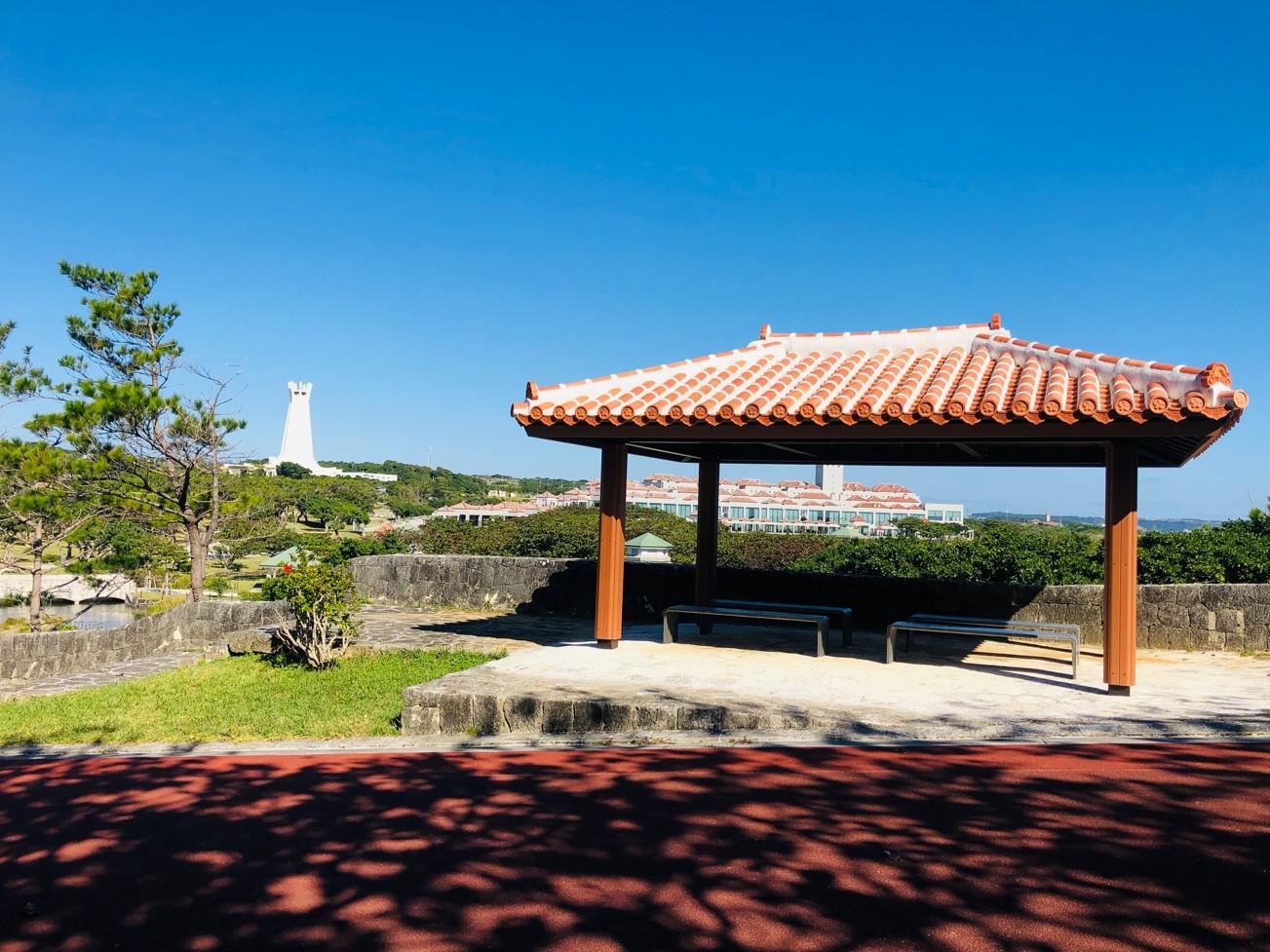 沖縄県糸満市「平和祈念公園」青空に映える赤瓦