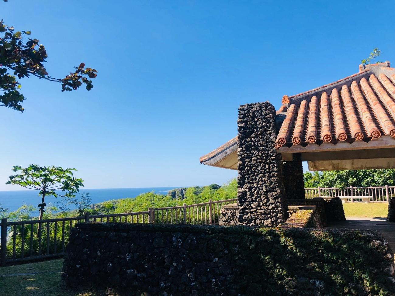 沖縄県糸満市「平和祈念公園」の赤瓦の東屋