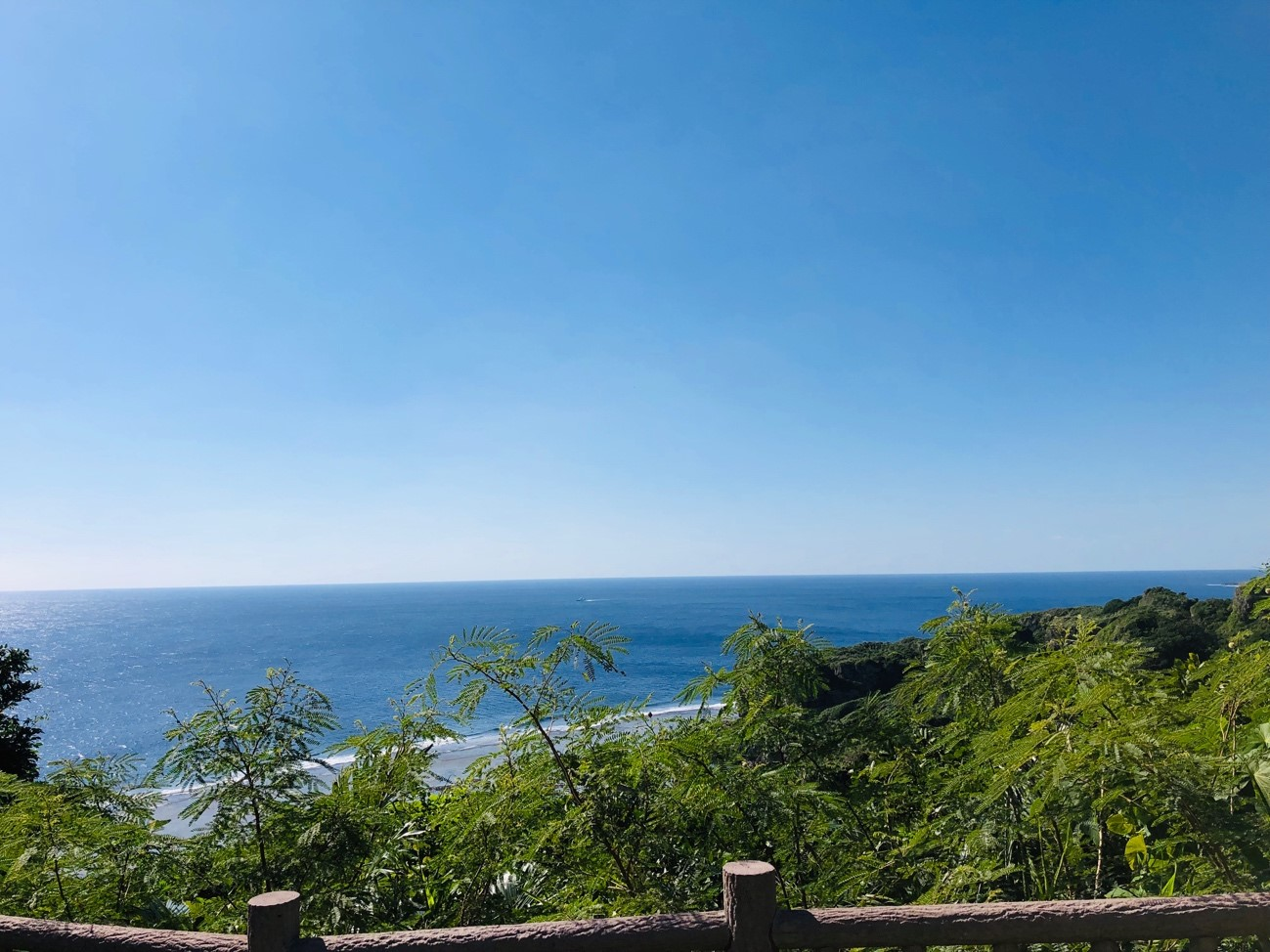 沖縄県糸満市「平和祈念公園」赤瓦の東屋からの景色