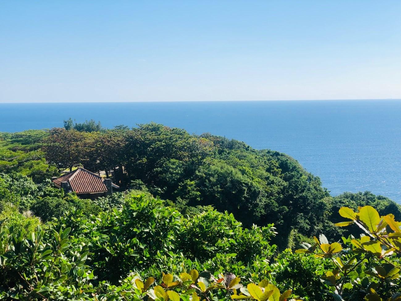 沖縄県糸満市「平和祈念公園」の「摩文仁の丘」の頂上からの景色