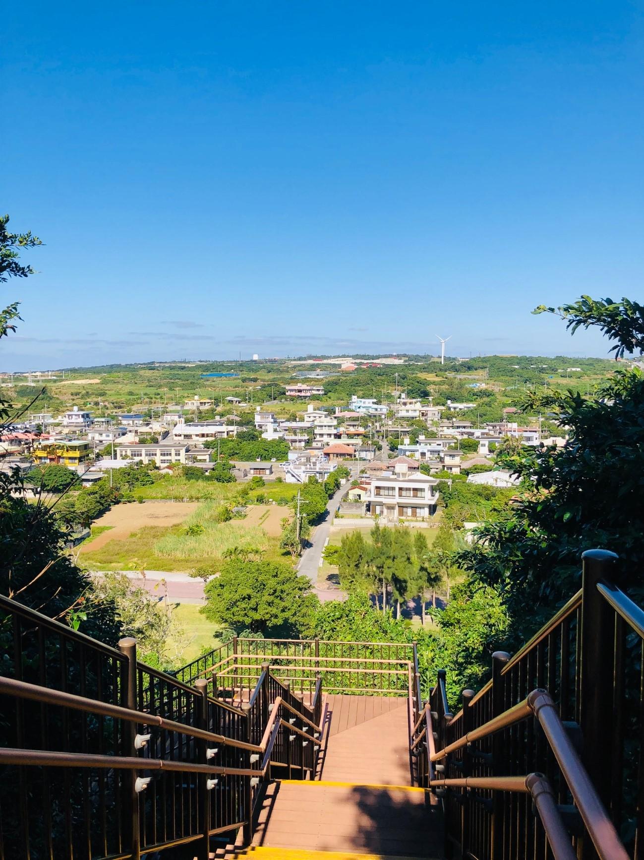沖縄県糸満市「平和祈念公園」の「摩文仁の丘」の頂上から下り道 映画「君の名は。」を連想させる階段