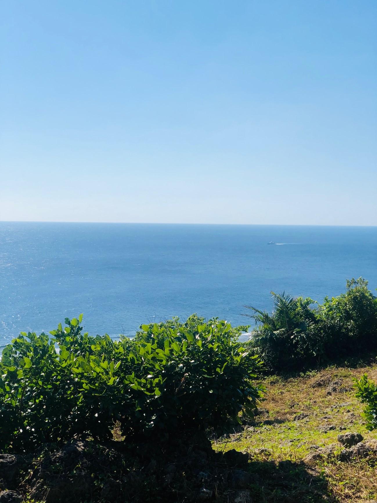 沖縄県糸満市「平和祈念公園」の「摩文仁の丘」の頂上から下り道 通りかかった一隻の船