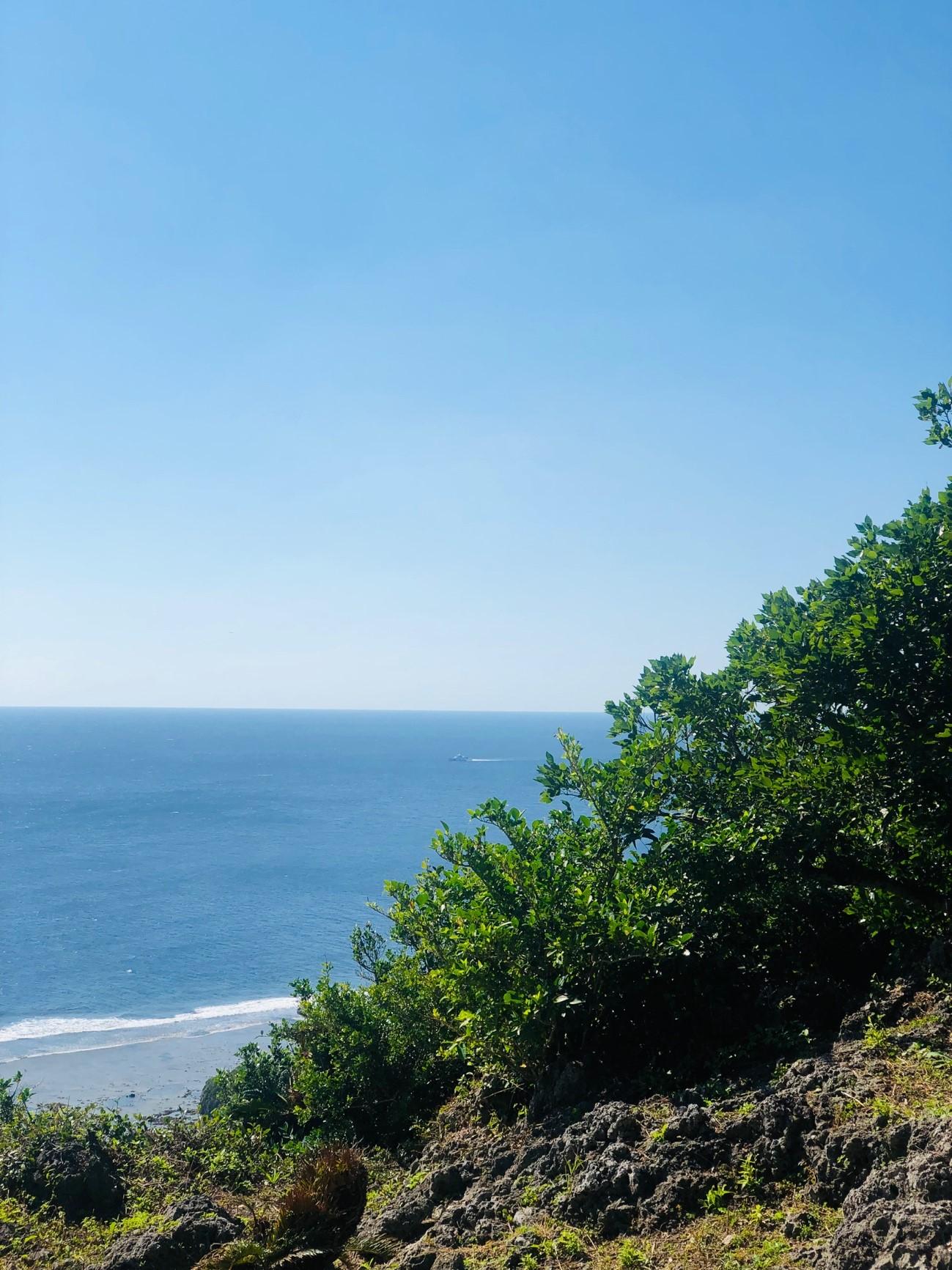 沖縄県糸満市「平和祈念公園」の「摩文仁の丘」の頂上から下り道 引き潮