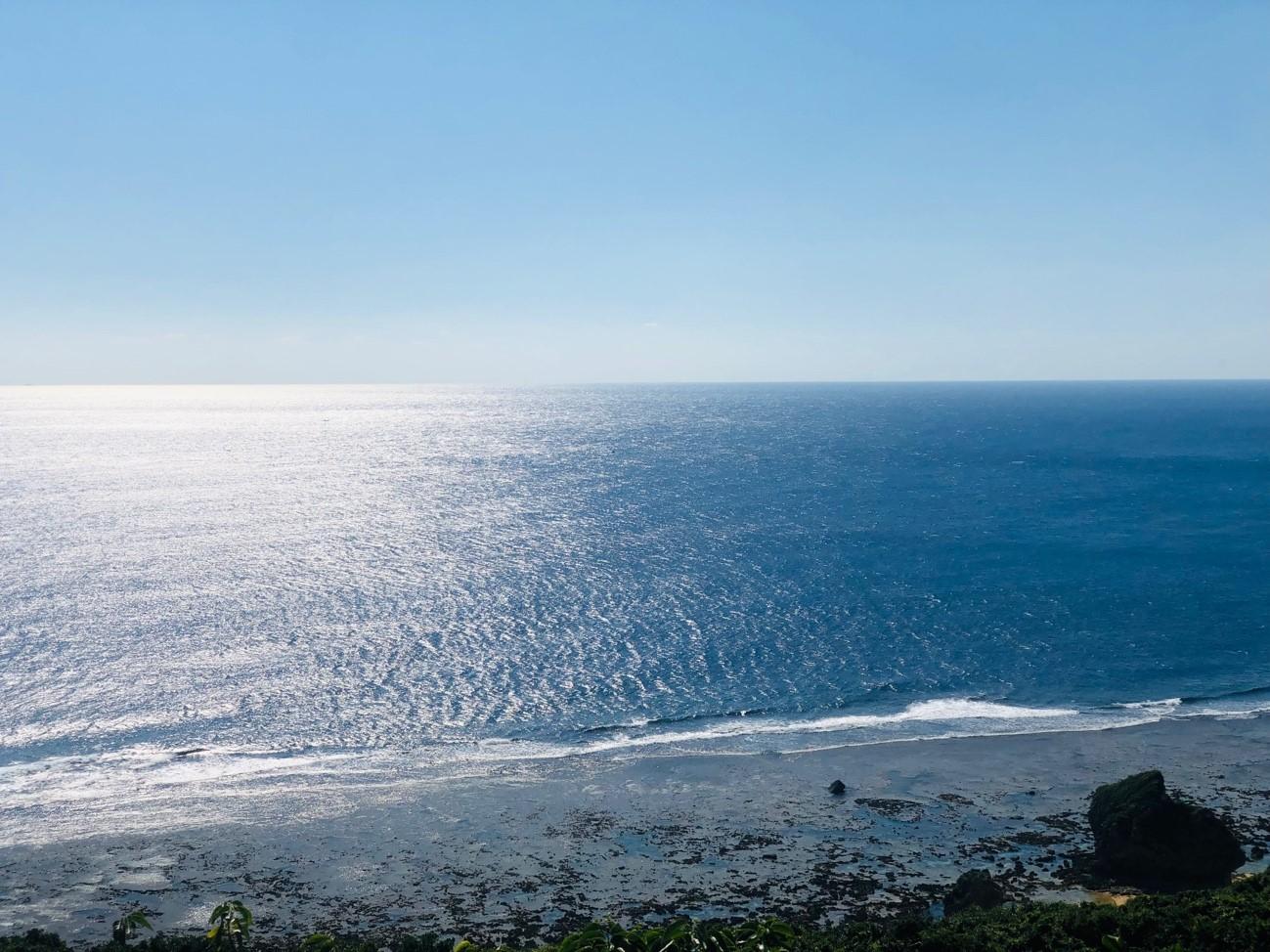沖縄県糸満市「平和祈念公園」の「摩文仁の丘」の頂上から下り道 橋から海を眺める