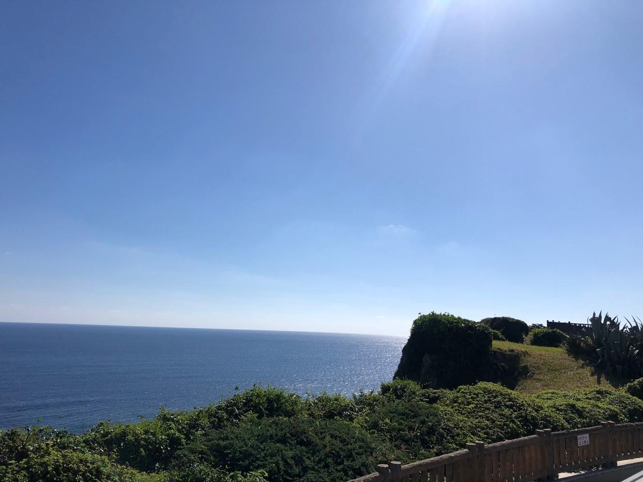 沖縄県糸満市「平和祈念公園」の「平和の広場」から海を眺める