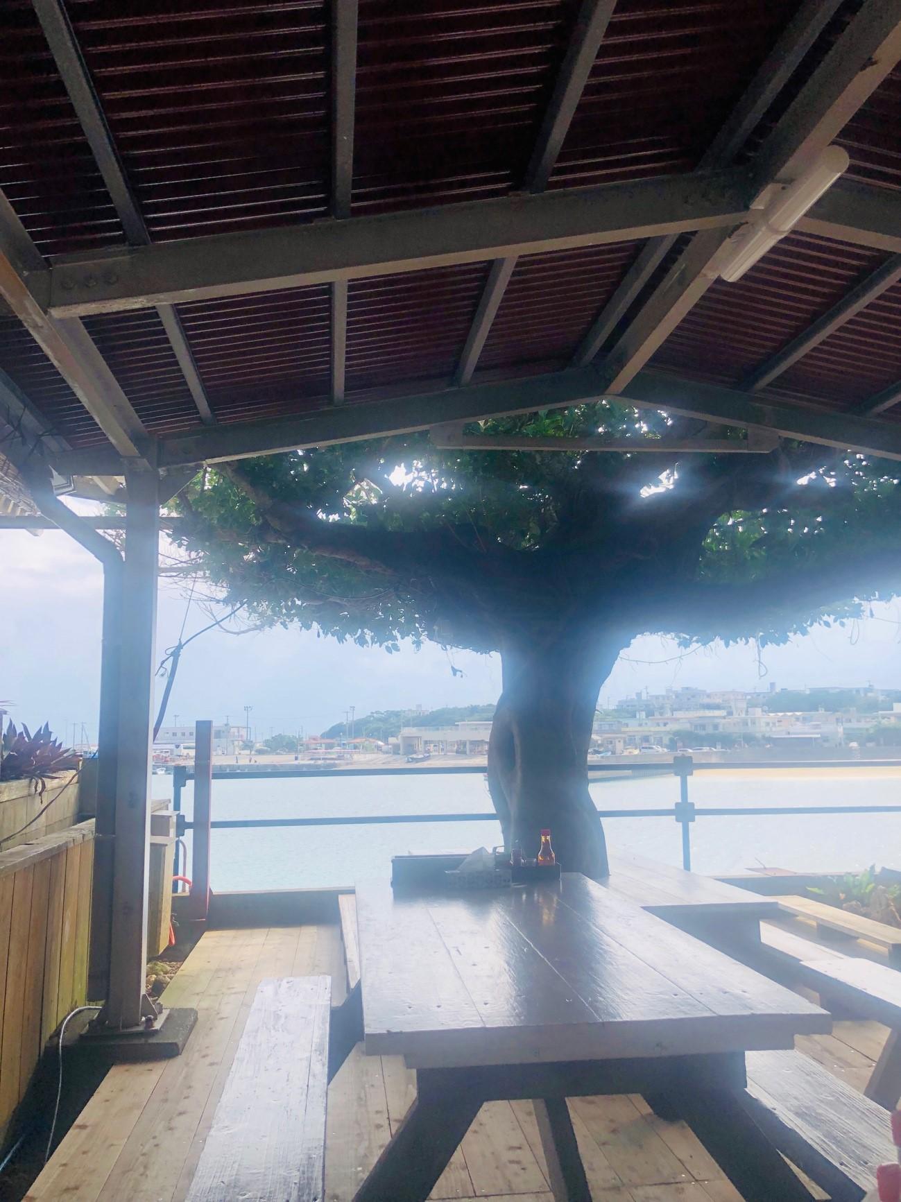 奥武島「もずくそばの店 くんなとぅ」のテラス席