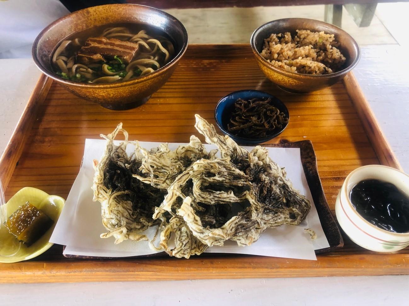 奥武島「もずくそばの店 くんなとぅ」の沖縄そば、もずく天ぷら、じゅーしい、もずく、もずくゼリー