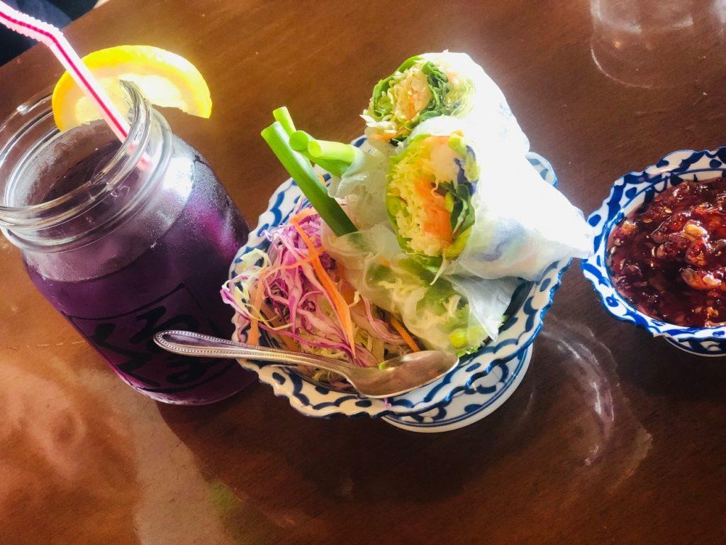 本格タイ料理の人気絶景カフェ「カフェくるくま」のバタフライピー生春巻き、色が変化したバタフライピー