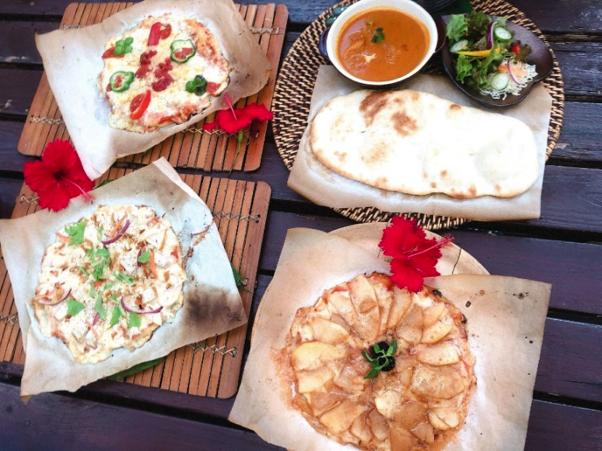 沖縄県本部町のカフェ「Cafe ichara (カフェイチャラ )」のいちゃらピザ、カレーナン、レンコンとスモークチキンのピザ、アップルシナモンピザ