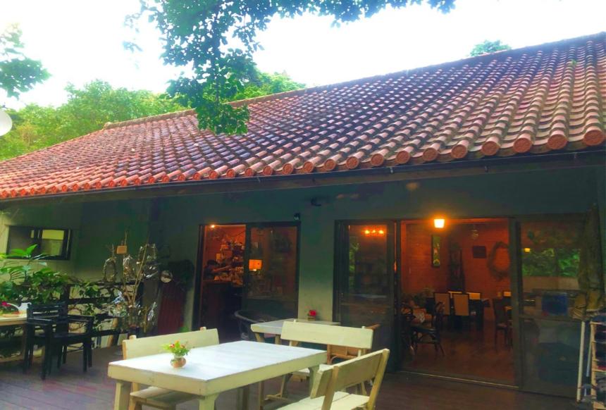 沖縄県本部町のカフェ「Cafe ichara (カフェイチャラ )」のテラス席