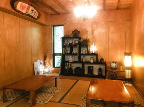 沖縄県本部町のカフェ「Cafe ichara (カフェイチャラ )」の座敷席 勉強や読書もOK