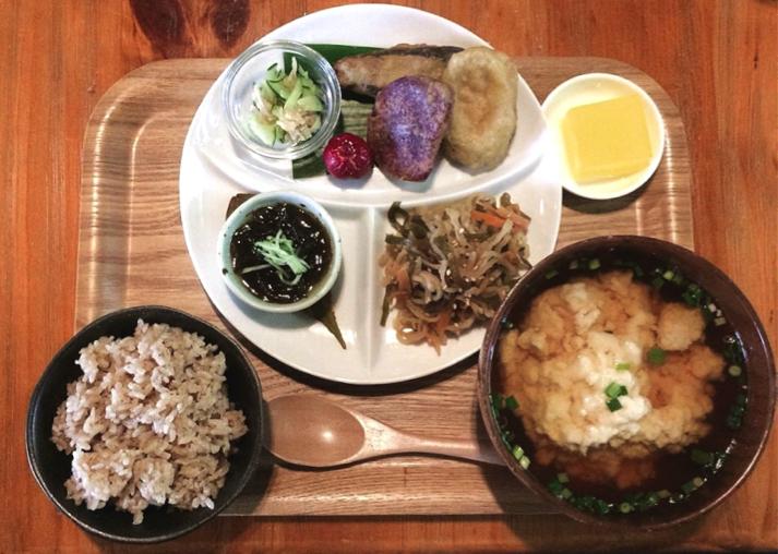 沖縄県名護市の古民家カフェ「喜色(Kiiro)」のゆし豆腐セット