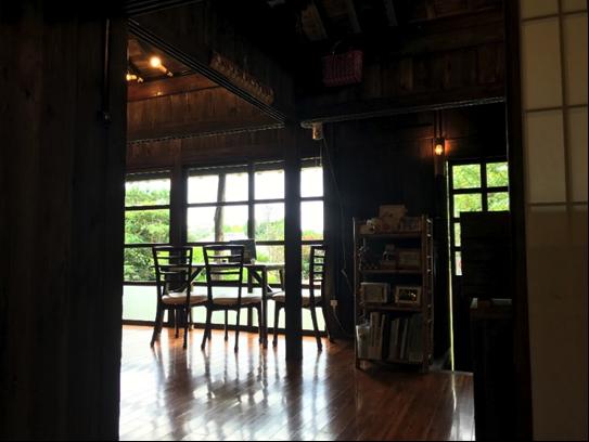 沖縄県名護市屋我地島にある人気カフェ「古民家カフェ喜色-Kiiro-」店内の様子
