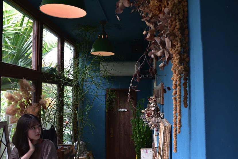 沖縄県名護市屋我地島にある古民家カフェ「CALiN(カラン)」の店内