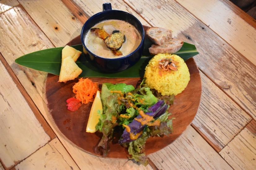 沖縄県名護市屋我地島にある古民家カフェ「CALiN(カラン)」色鮮やかなプレート