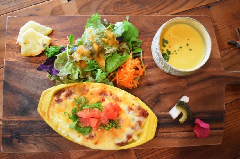 沖縄県名護市屋我地島にある古民家カフェ「CALiN(カラン)」タコライス風ドリアと季節のスープのセット