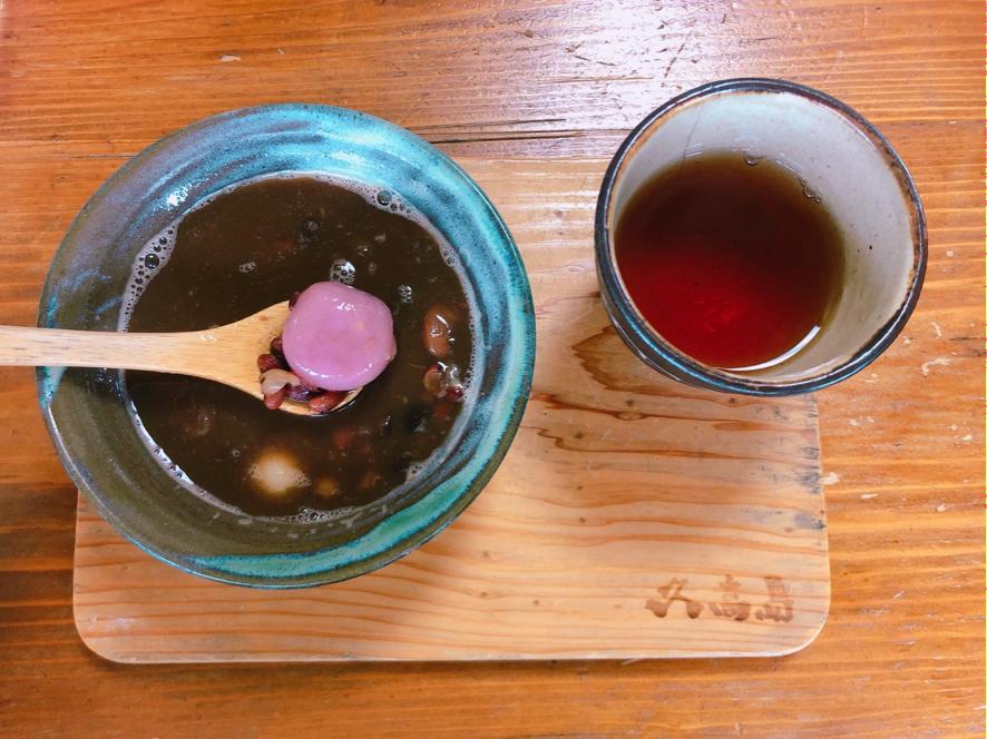 久高島フェリー待合所の「島豆のホットぜんざい」モッチモチのお餅