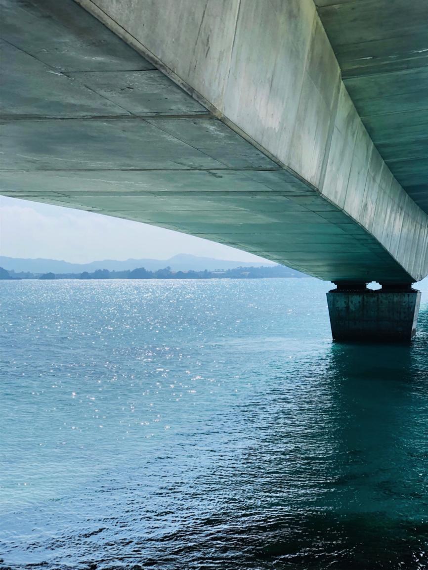 古宇利ビーチの上を通る「古宇利大橋」