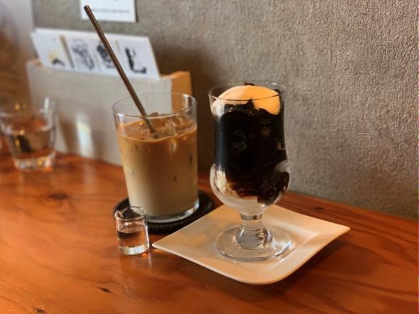 宜野湾のカフェ+珈琲焙煎店「YAMADA COFFEE OKINAWA 山田珈琲 沖縄」アイスカフェラテとコーヒーゼリーパフェ