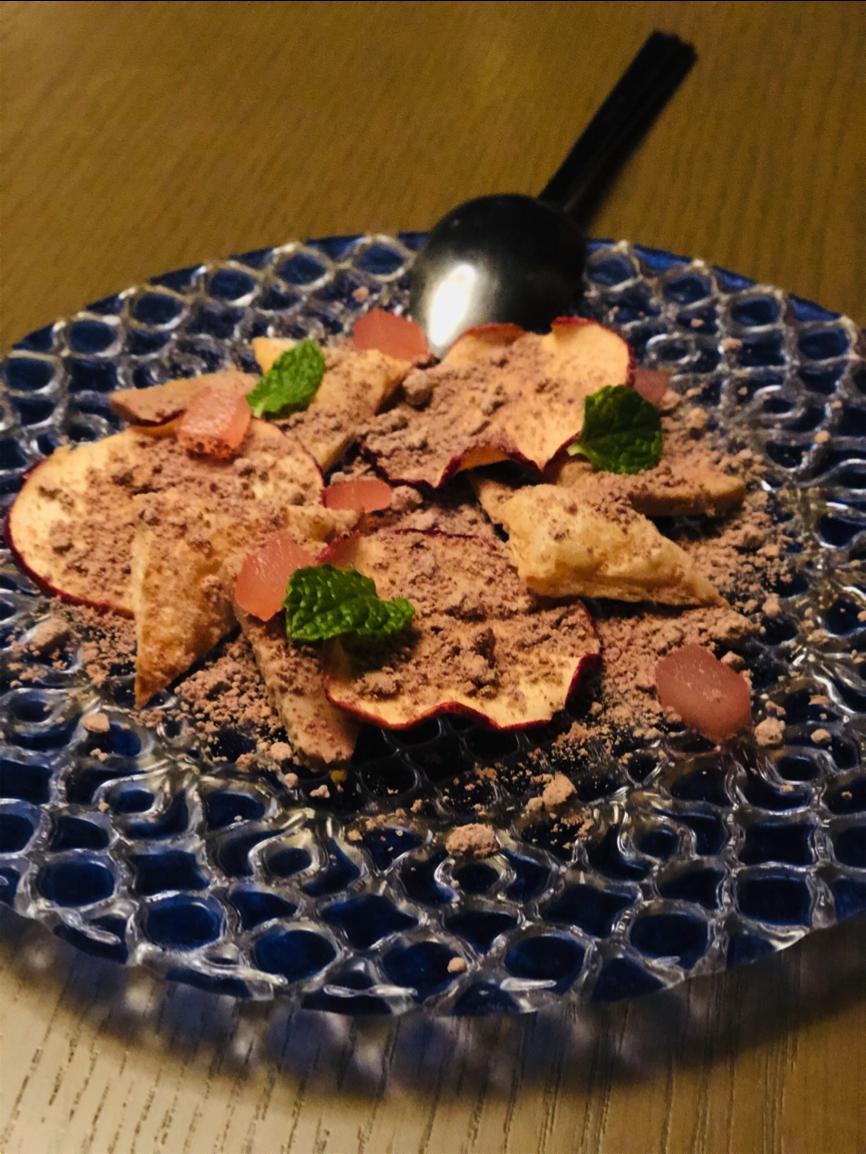 「Glamday Style Hotel & Resort Okinawa Yomitan」の前菜 ドライアップルとシナモン