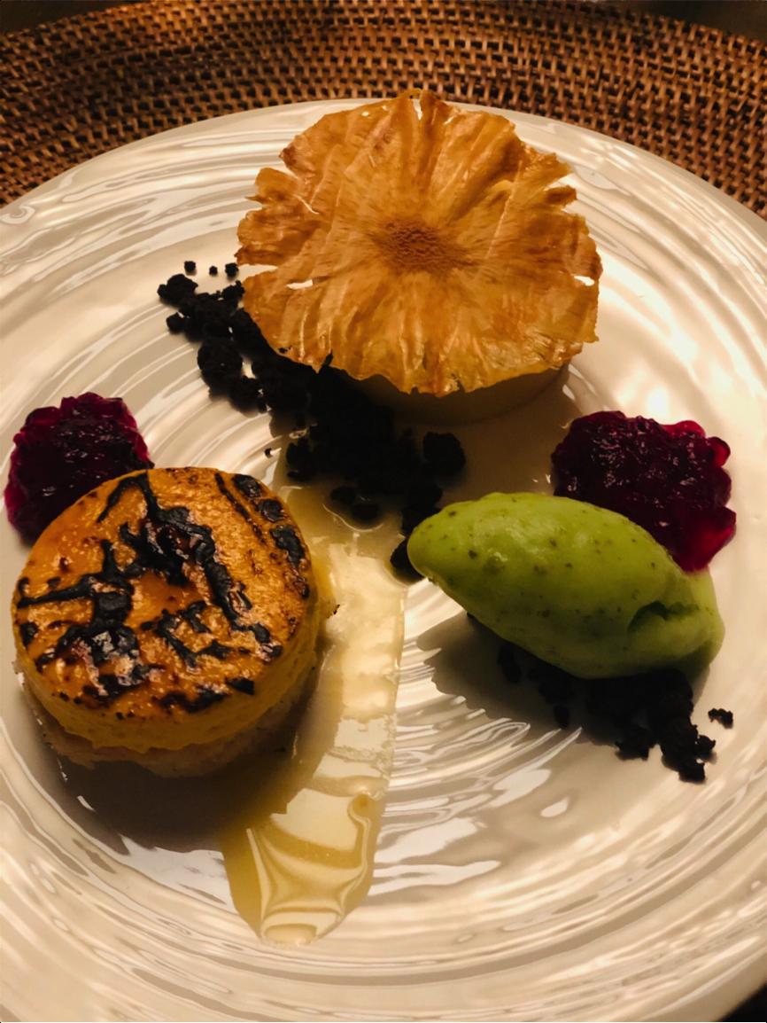 「Glamday Style Hotel & Resort Okinawa Yomitan」のデザート クリームブリュレにバニラアイスがサンド